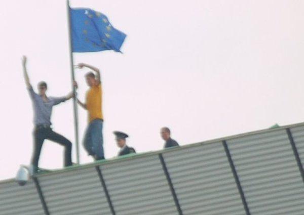 Politia a ajutat protestatarii sa ancoreze steagurile tarilor straine pe parlament si presedentie.