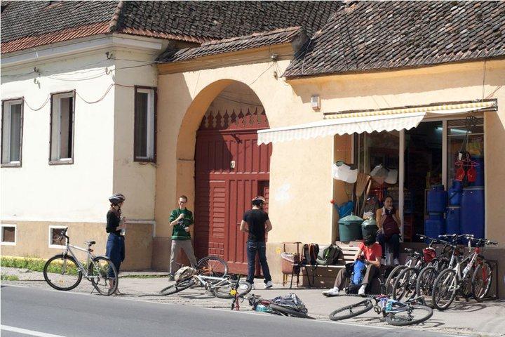 Ultima oprire înainte de munte: un magazin din comuna Cristian. Avea rastel.
