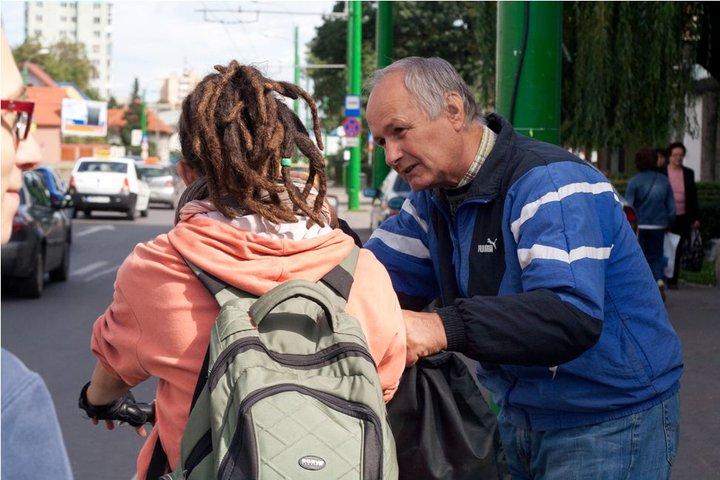 În Braşov. Ceream indicaţii. Moşul din imagine a fost de foarte mare ajutor.