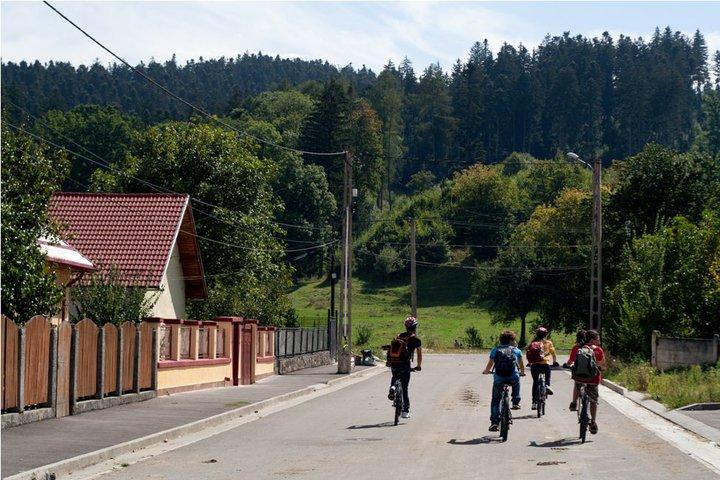 Comuna Cristian, strada Gării: ultima urmă de civilizaţie... urmează muntele.