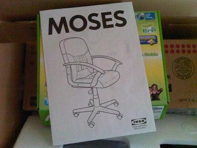 Moise este la Ikea, reîncarnat într-un scaun de birou.