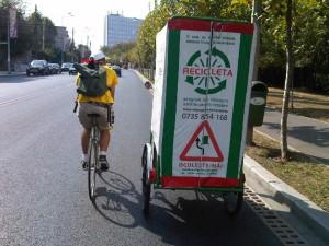 Curierul Bufniţă lângă recicleta lui Alex. :)
