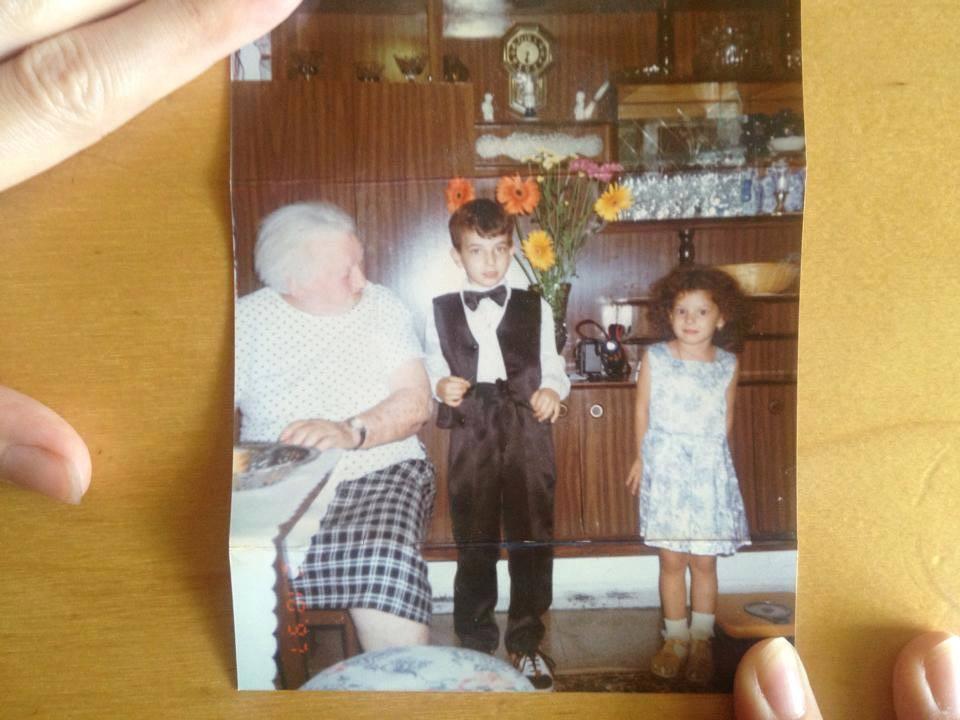 Mamaie Clara, în stânga. Eu, pe la vârsta de șase ani, în mijloc. Iris, sora mea mai mică, trei ani, în dreapta. Aproximativ 1997.