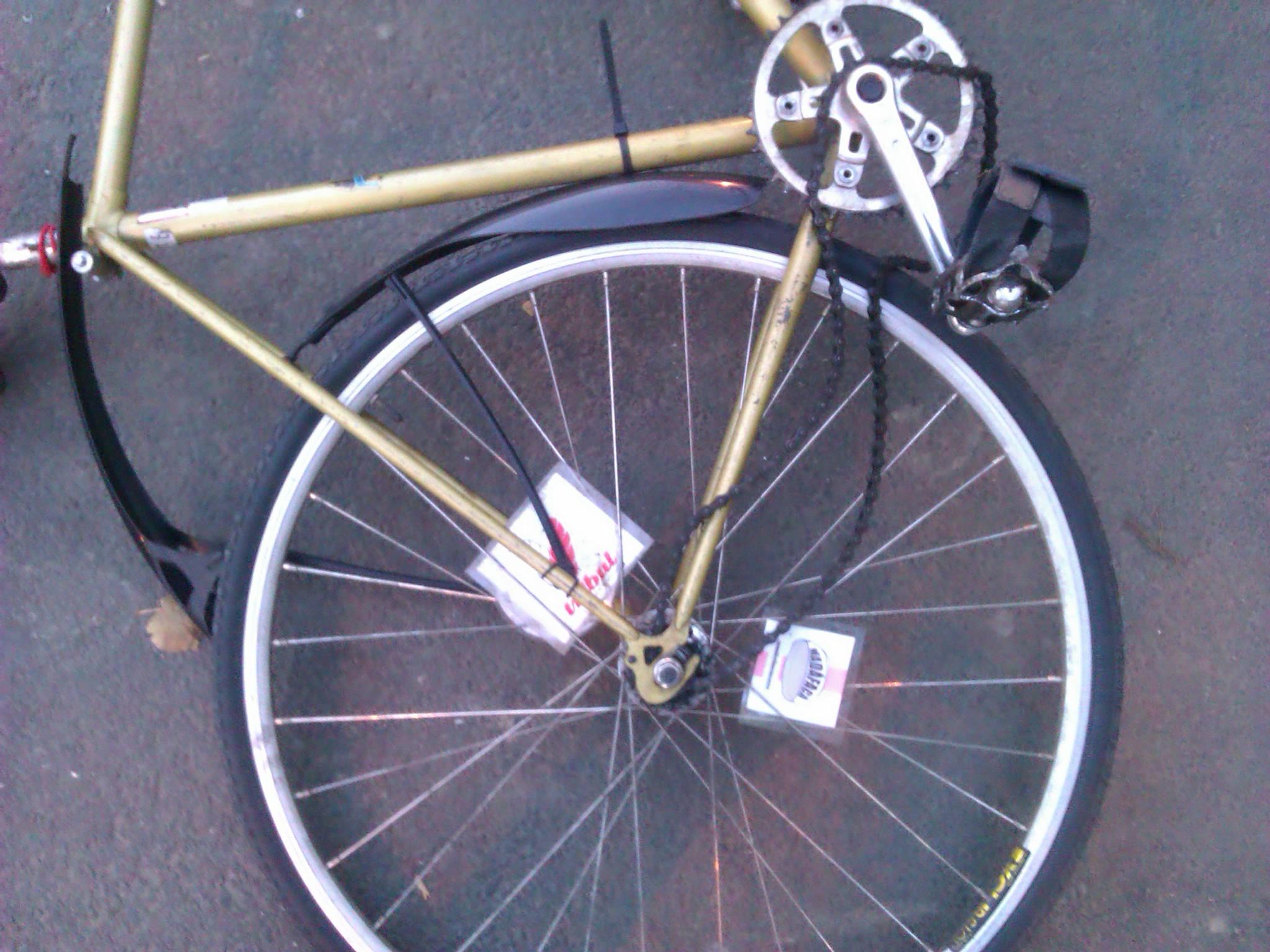 Am făcut o pană. Mi-am distrus o parte din biclă. Pot să dau statul în judecată?