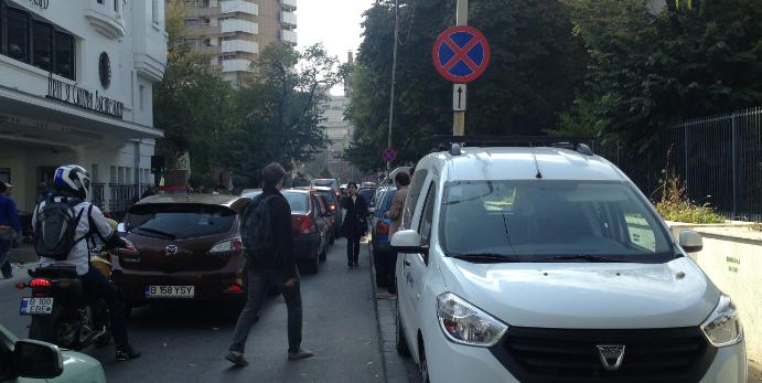 Orașul în care mașinile șed pe trotuar și pietonii merg pe carosabil