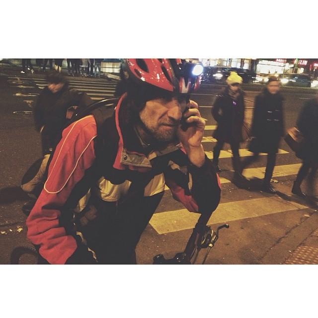"""Deci pedalam spre cinematograf cand la semafor am dat de un biciclist. Era Alexandru Dinu, zis si """"Tanarul"""". Pedala spre casa dupa o zi haotica de curierat la #Tribul. Am stat de vorba cateva minute ca apoi sa-l intoarca un client din drum. Programul s-a inchiat acum doua ore, dar Alex tot pleaca spre client. Uneori am impresia ca oamenii din Trib sunt prea pasionati.  #bigcitylife #bucuresti #ig_romania #instaro #bikemessenger"""