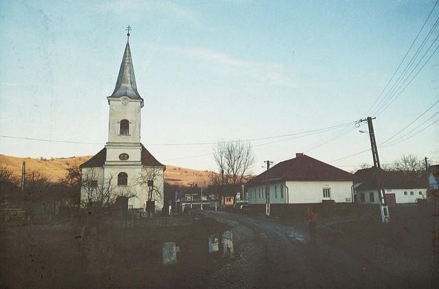 Sat Calbor - 240 locuitori. Sâmbătă seară era mare-slujba-mare, de se auzea prin difuzoare în tot satul. Puteam să pun pariu că e o slujbă înregistrată pentru că pe ulițe nici țipenie de om. Intru de curiozitate în biserică și - ce să vezi - era live. În biserică 8 oameni. 2 cântau, restul ascultau și se închinau. Biserica nu prea mai adună locuitorii laolaltă în secolul 21 nici în sat.