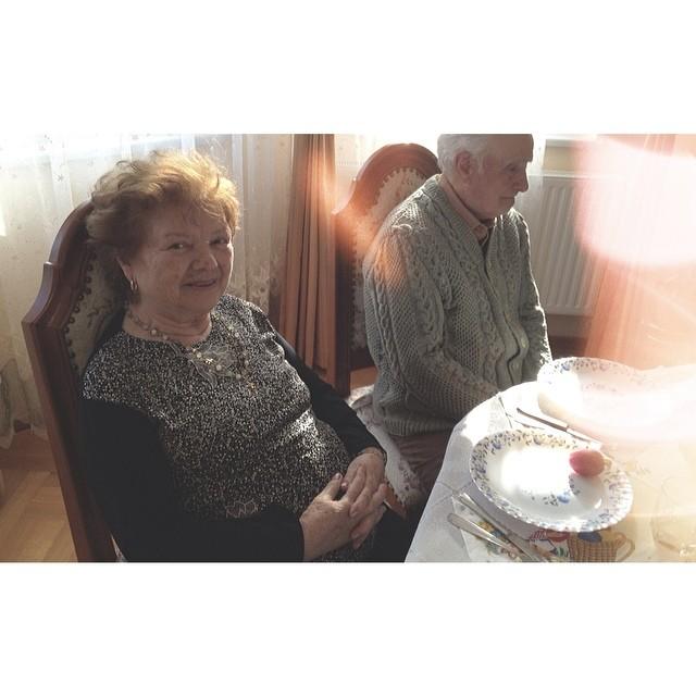 Bunica si bunicul - nu prea inteleg Instagramul, dar zambesc la poze.