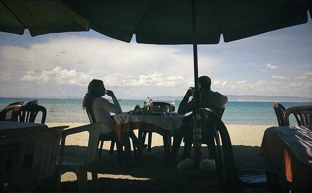 Masa de prânz cu picioarele-n nisip - [de pe Instagram]