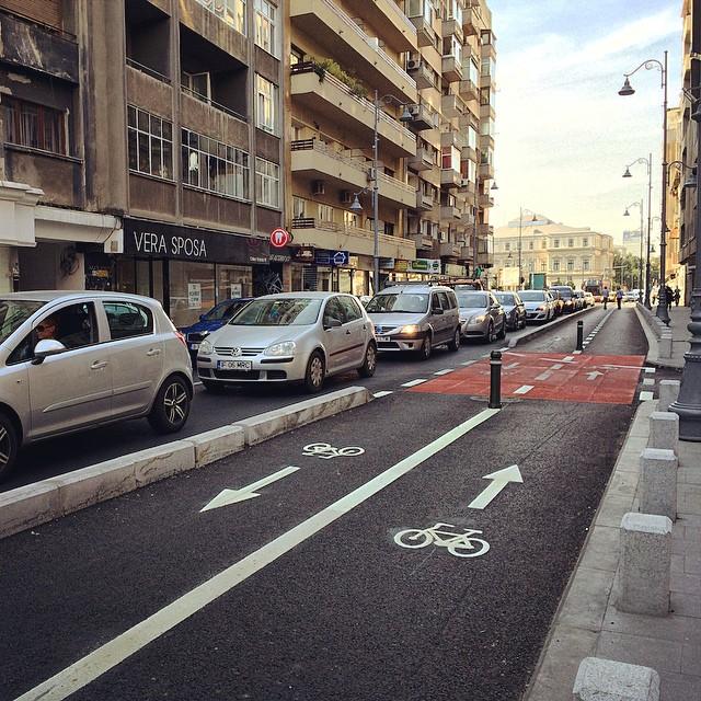 Se caută voluntari care să dea jos mașinile parcate pe trotuarele din București