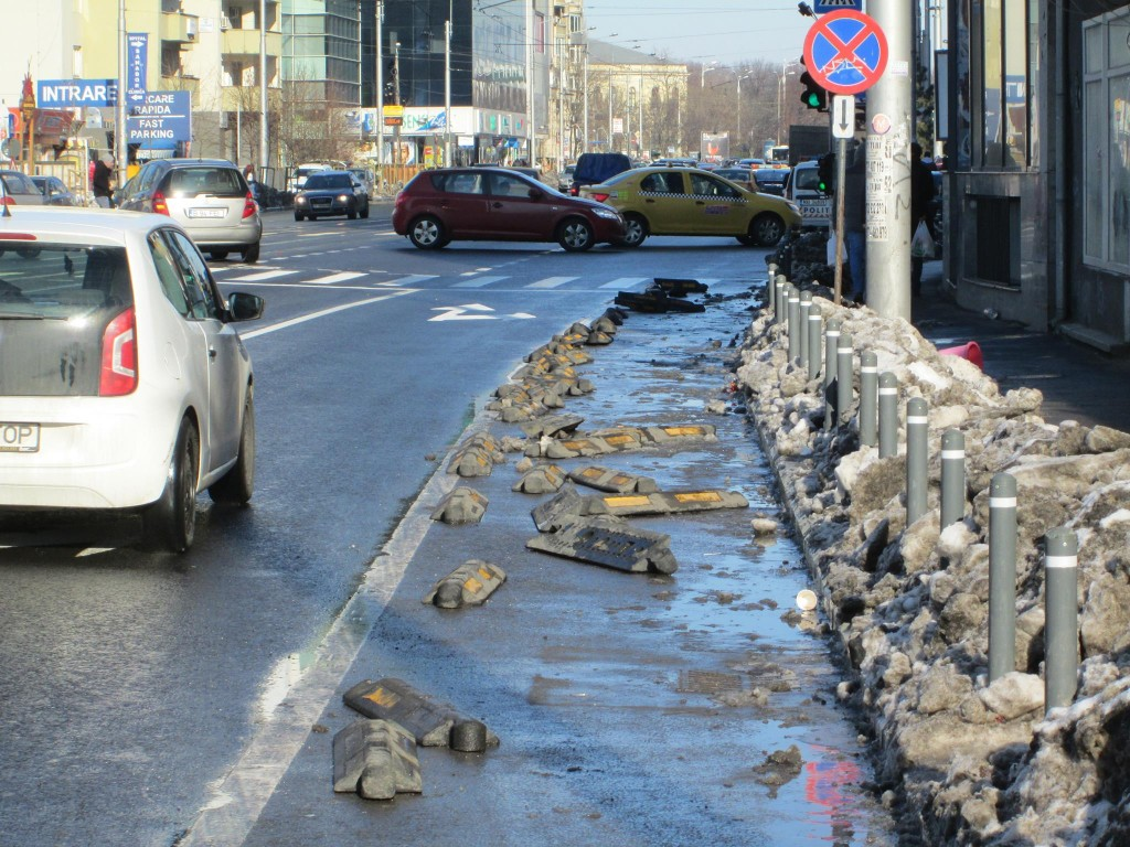 A fost deszăpezită pista de biciclete de pe Buzești. Dar cu totul.