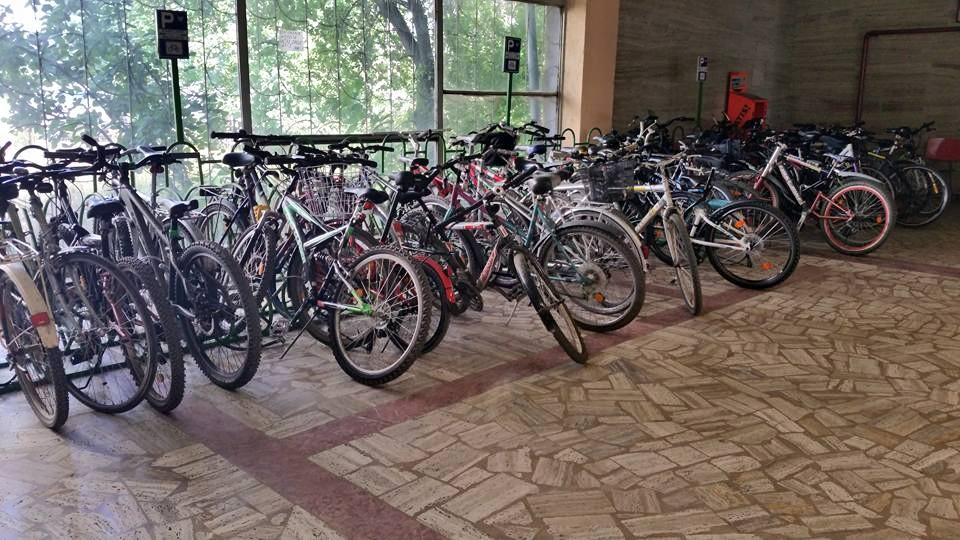 Un rastel plin de biciclete. În București. Da, pe bune...