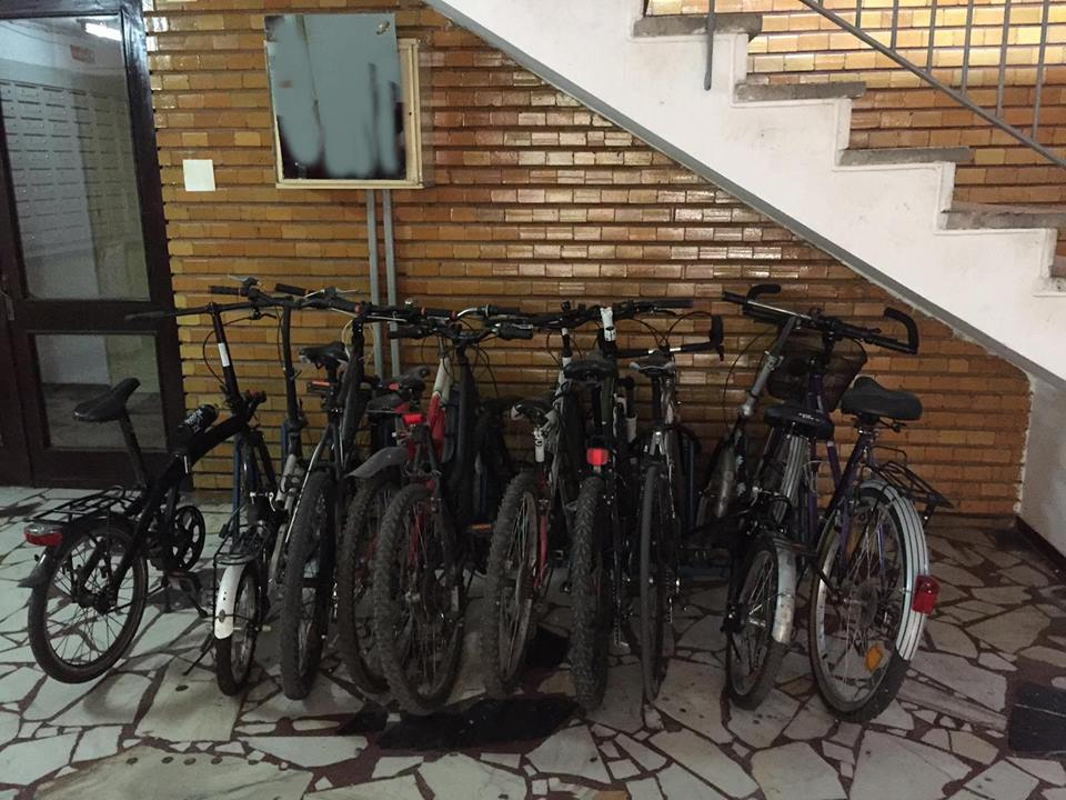 Rastel de biciclete în scara blocului