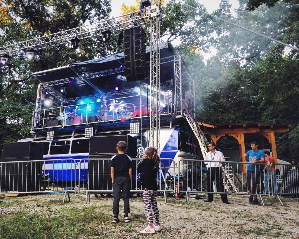 Doi puști din Novaci la primul lor concert Subcarpați.
