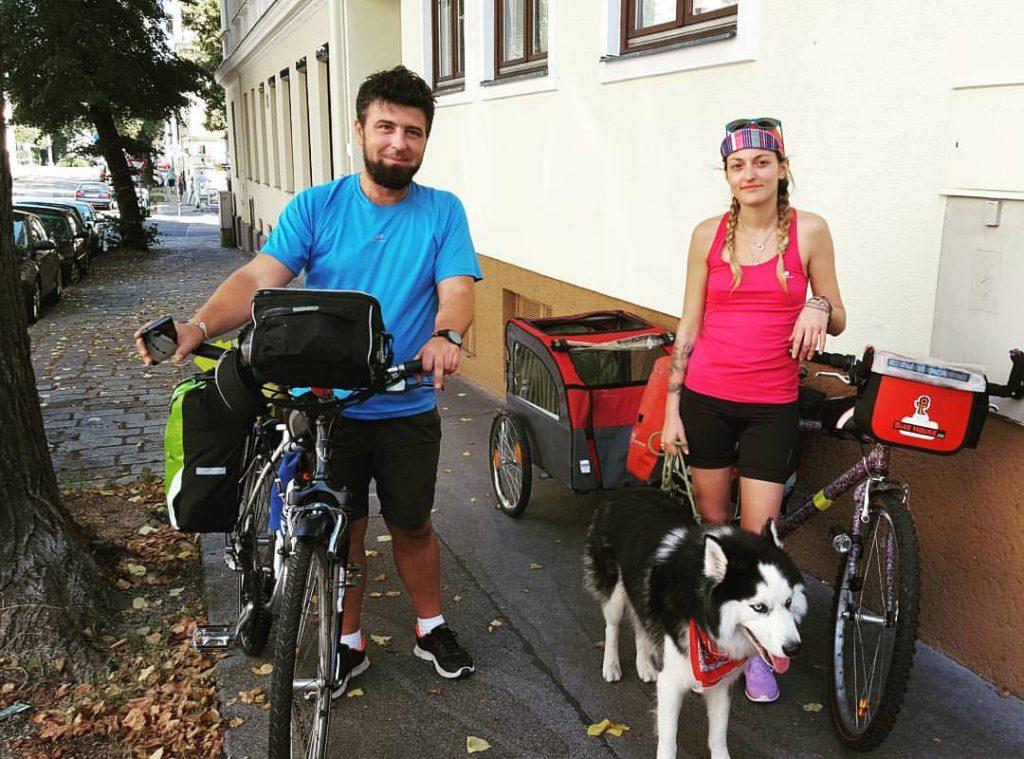 Anastasia a plecat la drum lung pe bicicletă